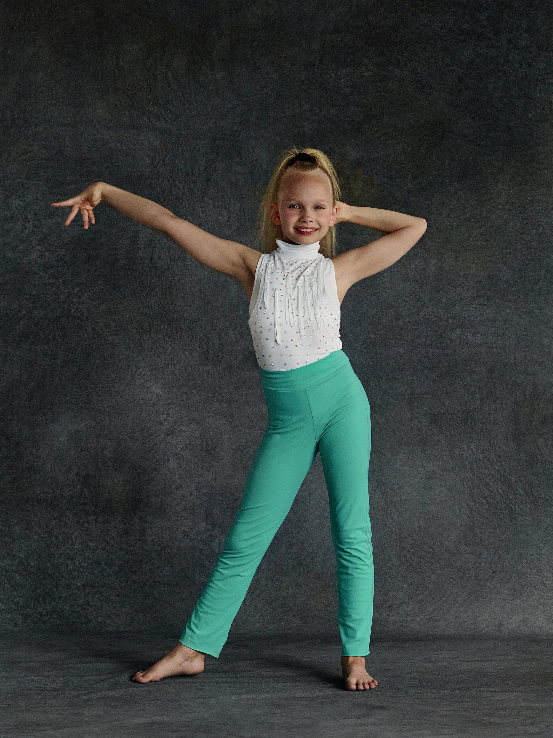 Nuori tanssijatyttö poseeraa.